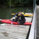 Près des pontons, un accès au plan d'eau kayaks permet la mise à l'eau sans difficultés (ici avec Julie, la monitrice kayak du YCD)