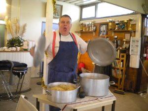 Le cuisinier du jour bat le rappel pour le repas amical de fin d'assemblée générale